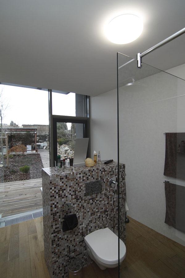 Napriek oknám na výšku celého podlažia sa majitelia ani vkúpeľni nemusia báť osúkromie.