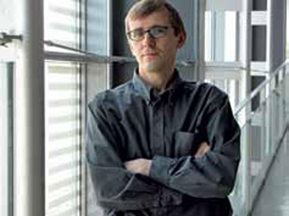 Ľubomír Závodný Narodil sa vroku 1959 vNitre avrokoch 1978 – 1983 vyštudoval Fakultu architektúry SVŠT vBratislave. Jeho tvorbu charakterizuje abstrakcia, avšak zviazaná sprísnou racionalitou apragmatizmom. Architektovými obľúbenými vyjadrovacími prostriedkami sú dlhé rovné, prípadne vjemnom oblúku zakrivené steny, ktoré predeľujú vnútorný priestor alebo vstupujú do okolitého prostredia avymedzujú ho. Medzi jeho stavby patrí napríklad bratislavské Tatracentrum, Centrála VÚB, Kláštor klarisiek kapucínok, kaviareň Metropol, polyfunkčný objekt TatraCity či domový komplex Condominium Renaissance. Podľa jeho slov, ku každej zvytvorených stavieb má osobný acitový vzťah. Za svoje najlepšie diela považuje Kostol Svätého Ducha v Nitre, Dom nábytku Atrium, Tatracentrum aniektoré rodinné domy. Vroku 2009 získal ocenenie Krištáľové krídlo vkategórii architektúra.