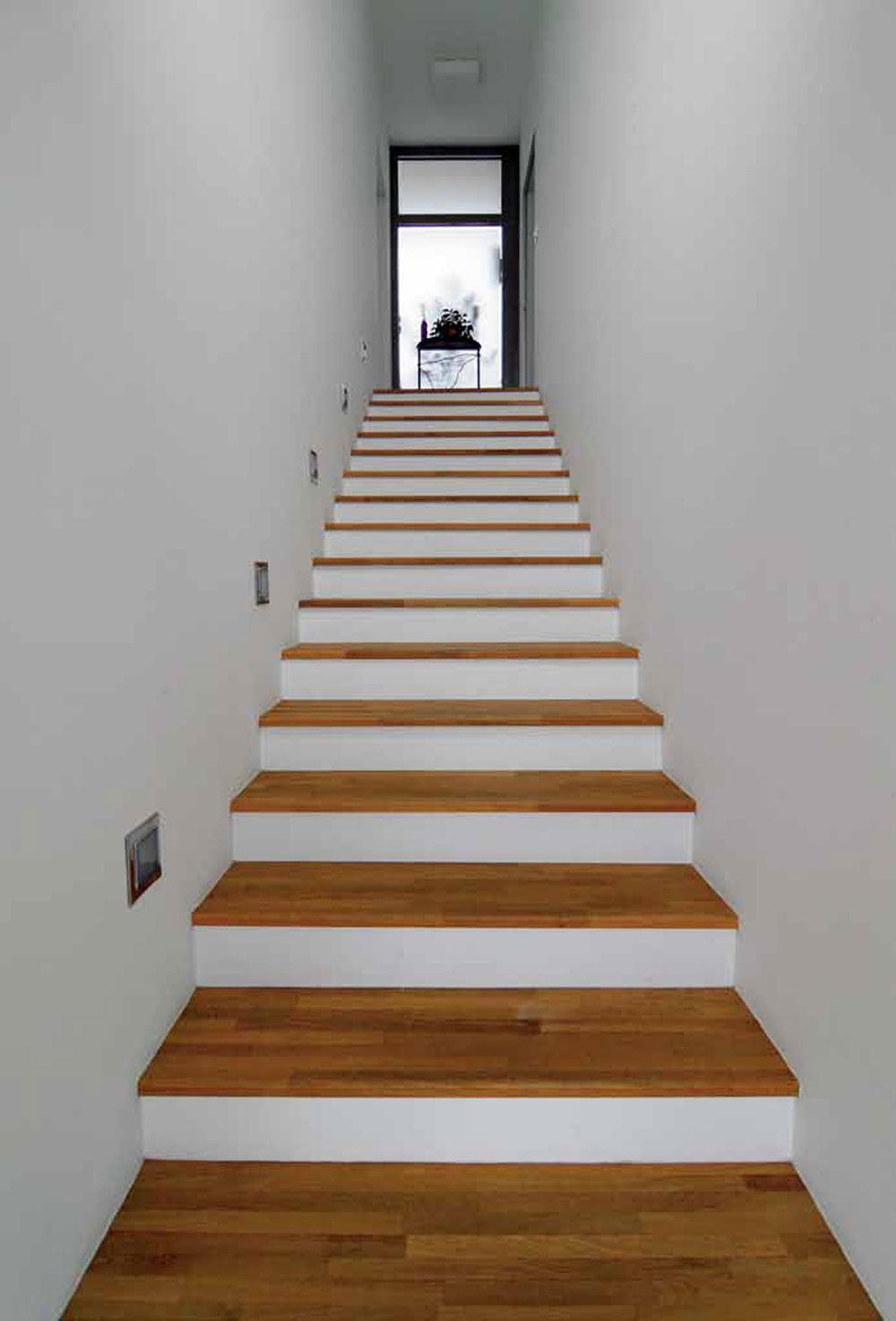 Zobytnej zóny vedie do vstupnej časti domu jednoduché schodisko.