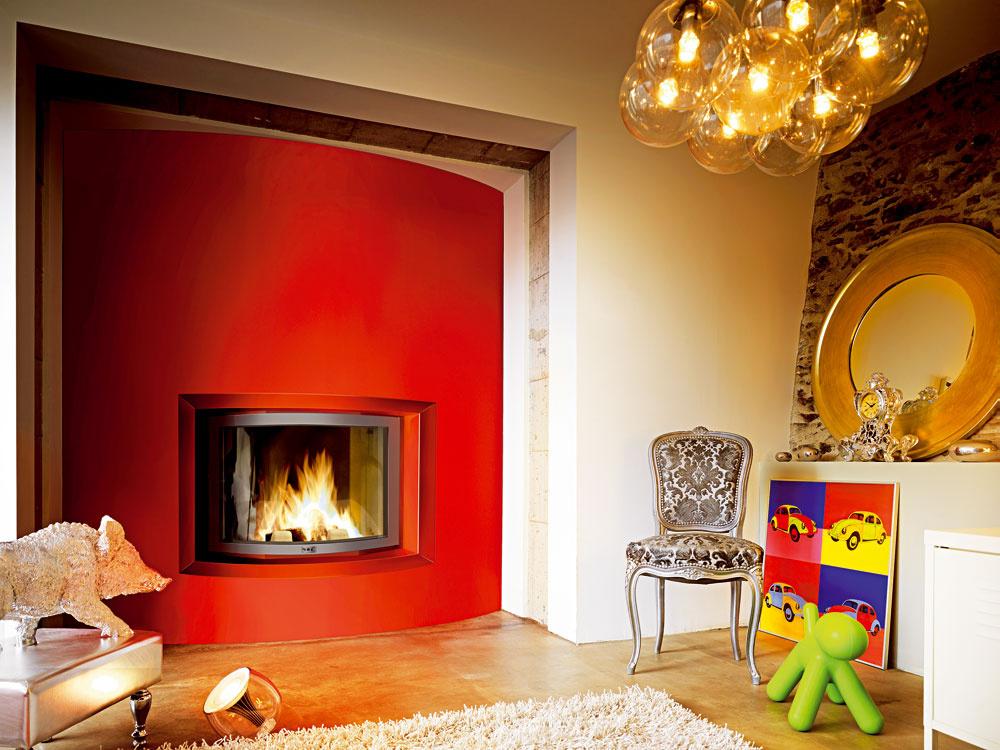 Vprivátnej časti domu – dámskom salóne či detskej izbe – môže byť kozub aj nezvyklých farieb. Jednoduchým použitím zaoblenej vložky azaoblenej steny vznikol dynamický prvok priestoru. Hranatá nika zasa tlmí dojem rotujúceho  valca. Vzniká súhra medzi dynamickým astatickým.