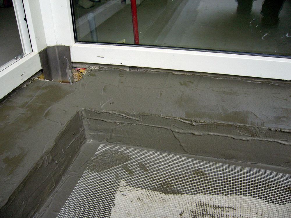 Do čerstvej vrstvy hydroizolačnej stierky treba vložiť stieťovinu zo sklených vlákien apri zvlášť namáhaných alebo popraskaných povrchoch špeciálnu vláknitú tkaninu.