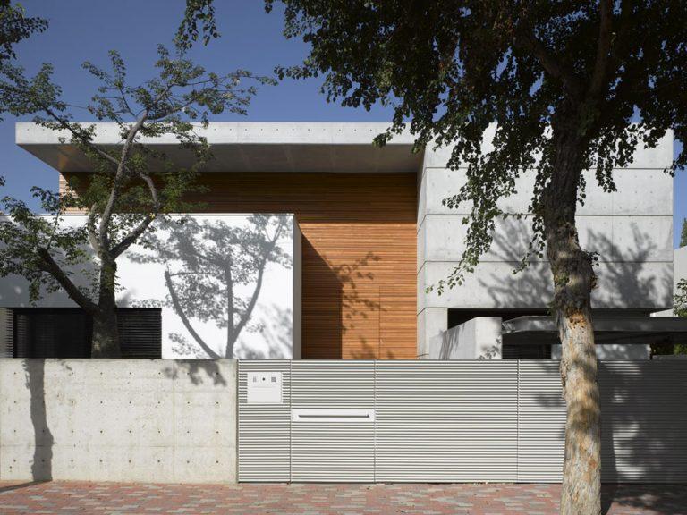 Betónový dom neďaleko Tel Avivu žiari stredomorskou bielobou