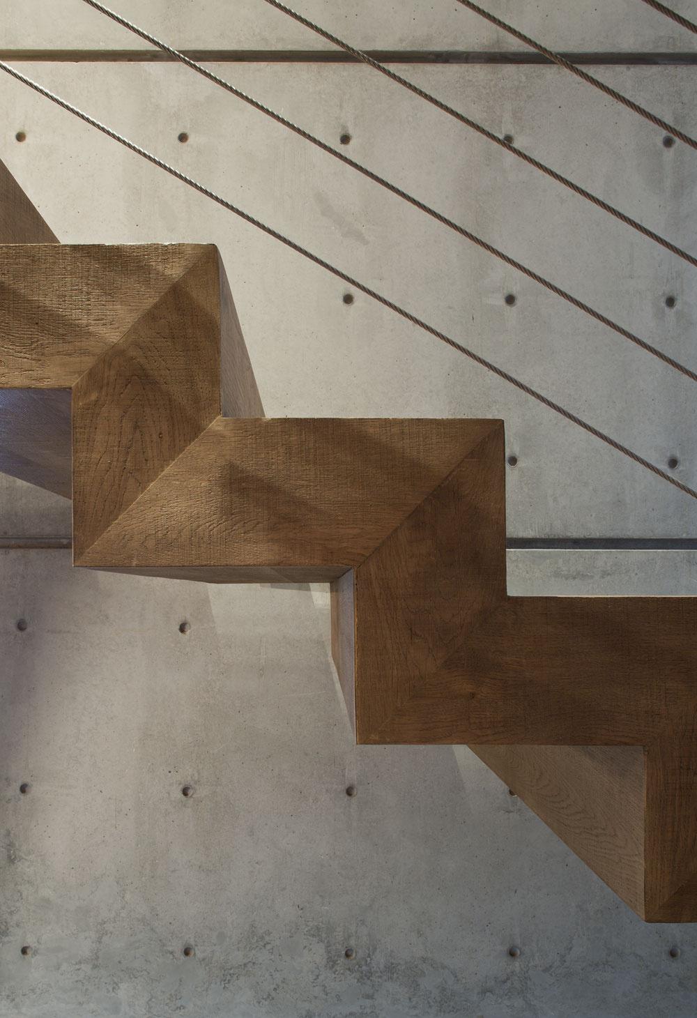 Podobne jednoduché, elegantné tvary, ako majú tieto schodiskové stupne, charakterizujú celý dom. Tíkové drevo, zktorého ich vyrobili, navyše zmierňuje kontrasty vinteriéri aj vexteriéri.