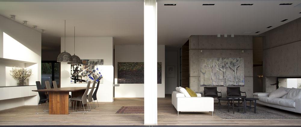 """""""Loď"""" uprostred domu ohraničujú štyri štvorcové múry. Ich sériu dopĺňa úsek múru medzi kuchyňou ajedálňou scharakteristickým výklenkom, ktorý nájdeme aj na jeho opačnej, kuchynskej strane, ako aj na poschodí vstene medzi veľkou spálňou akúpeľňou. Motív štvorcových prvkov je však vdome oveľa bohatší – zo štvorca vychádza napríklad pôdorys interiéru poschodia."""