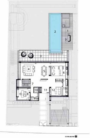 """Pôdorys prízemia 1 rekreačná plocha 2 bazén 3 terasa 4 obývačka 5 jedáleň 6 kuchyňa 7 schodište – """"loď"""" 8 pracovňa 9 WC 10 výťah 11 predsieň 12 salón 13 práčovňa"""