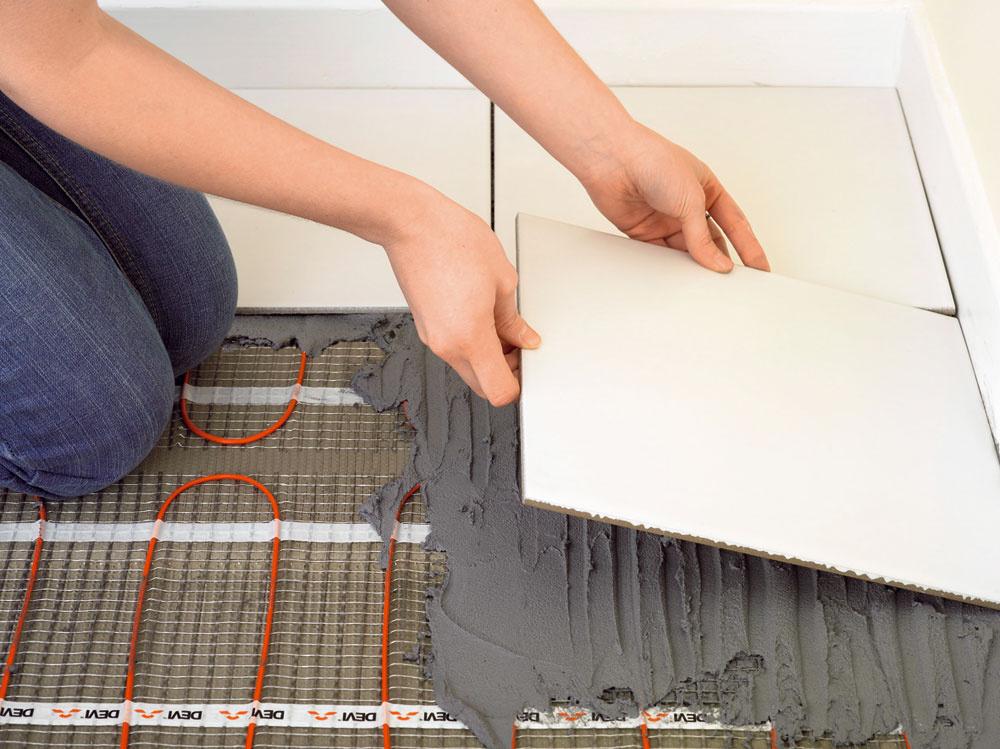 Dnešné novostavby majú veľmi dobré tepelnoizolačné vlastnosti aveľkoplošné sálavé systémy – či už podlahové, stenové, alebo stropné – dokážu ipri nízkom inštalovanom príkone vyhriať miestnosť na požadovanú teplotu. Okrem toho vďaka zohriatiu konštrukcií sa docieli tepelná pohoda už pri nižšej teplote vnútorného prostredia, čo predstavuje zaujímavé úspory na prevádzkových nákladoch. Elektrické podlahové vykurovanie sa radí ktakzvaným veľkoplošným, sálavým či tiež nízkoteplotným systémom. Povrchová teplota podlahy by nemala dlhodobo prekračovať hranicu 29 – 30 °C. (foto: DEVI)