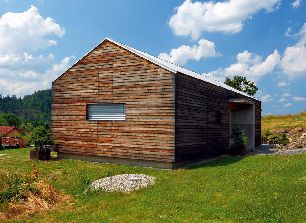 Ďalší príklad modernej architektúry domu so šikmou strechou bez presahu. Je to veľmi zaujímavý prvok, ktorý dodáva domu moderný vzhľad.