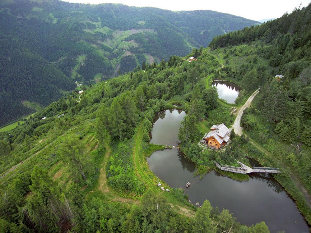 Farma vysoko v Alpách je bohatá na úrodu ovocia, zeleniny, húb, a byliniek