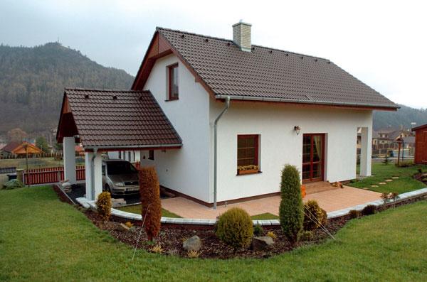 Kvlastnému rodinnému domu existujú vprincípe dve cesty. Môžete si vybrať hotový zponuky realitných kancelárií alebo si ho sami postavíte, respektíve necháte postaviť. Zaujímavý spôsob, ako prísť knovému domu na kľúč, ponúka dodávateľ murovaných rodinných domov, spoločnosť Ekonomické stavby (ES), ktorá na Slovensku avČesku každoročne postaví viac ako 400 domov – vich programe Excelent sa kombinujú výhody oboch spomenutých možností. Postavíte si dom presne taký, aký chcete, azaplatíte ho vrátane pozemku, až po dokončení stavby. Funguje to veľmi jednoducho, vyberiete si pozemok, ktorý sa vám páči, ES tento pozemok kúpia, vyberiete si dom, ES projekt prispôsobia pozemku apripravia stavebné povolenie. Dom na svoje náklady postavia, použijú materiály podľa vášho želania. Počas stavby nič neplatíte anesplácate, zaplatíte až vtedy, keď je dom dokončený. Pomôžu vám aj svybavením úveru.