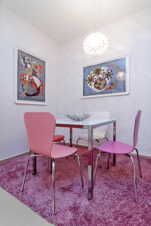 Pri zariaďovaní bytu nechala majiteľka takmer všetko na dizajnéra, jediné, čo určila, bol výber farieb. Veľmi ženská, fialovo-ružová farebnosť dala charakter aj jednoduchému jedálenskému kútu: je prosto milý.