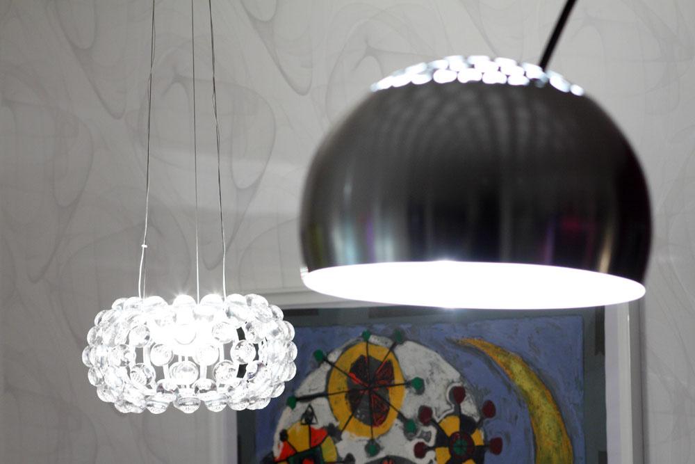 """""""Svietidlá som sa snažil vyberať tak, aby boli rafinované azaujímavé. Napríklad stojaca lampa Arco od dizajnéra Achille Castiglioniho pre mňa predstavuje trochu iný pohľad na svietidlo,"""" vysvetľuje Michal Staško. Jej oblúk, klenúci sa ponad sedačku,určuje pomyselnú hranicu obývačky, atienidlo kreslí na strope nežné svetelné ornamenty."""