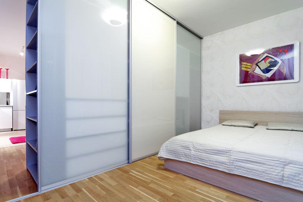 Posuvné dvere šatníkovej skrine sa dajú vprípade potreby využiť aj na oddelenie spálne odobývačky. Na to bolo potrebné zapustiť koľajnicu do plávajúcej podlahy, ktorá už vbyte bola – musela sa rozobrať, na časti zrezať aznova zložiť.