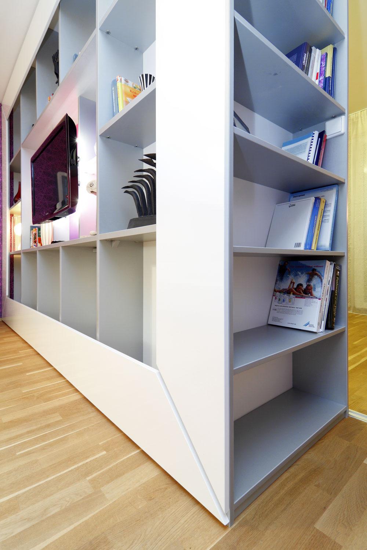 Skriňa na rozhraní spálne aobývačky je zo strany obývačky policovou zostavou, zo strany spálne šatníkovou skriňou na všetko potrebné azboku knižnicou na odbornú literatúru (tá sem časom ešte pribudne).