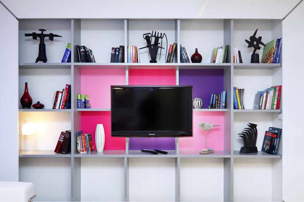 Skriňa na rozhraní spálne a obývačky je zo strany obývačky policovou zostavou, zo strany spálne šatníkovou skriňou na všetko potrebné a z boku knižnicou na odbornú literatúru (tá sem časom ešte pribudne).