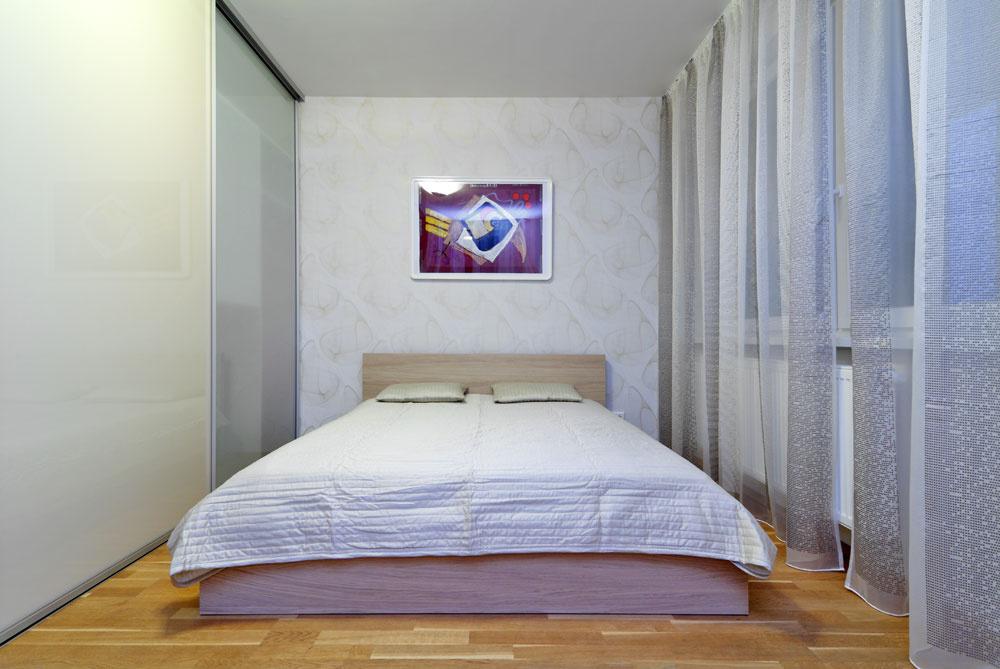 Neveľká spálňa poskytuje všetko, čo si mladá domáca pani želala – najmä pokojné zákutie apohodlnú posteľ. Vychádza sa znej na veľkú lodžiu, ktorá sa však vtomto ročnom období nevyužíva.