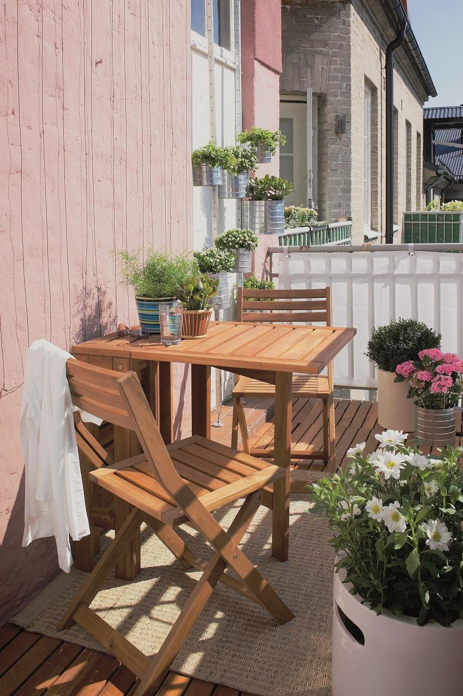 A nech kvitne! Ozdravná kvetinová kúra pomôže každému, aj tomu najsmutnejšiemu. Nemusí však byť len kvitnúca. Svoje miesto si tu môžu nájsť aj bylinky či sukulenty. Pamätajte ale na svetovú orientáciu vašej bytovej záhrady a podľa nej si vyberajte krásky na balkónovú módnu prehliadku. Ak pestujete menej nápadné rastliny, použite kvetináče vo výraznejších farbách. (foto: IKEA)