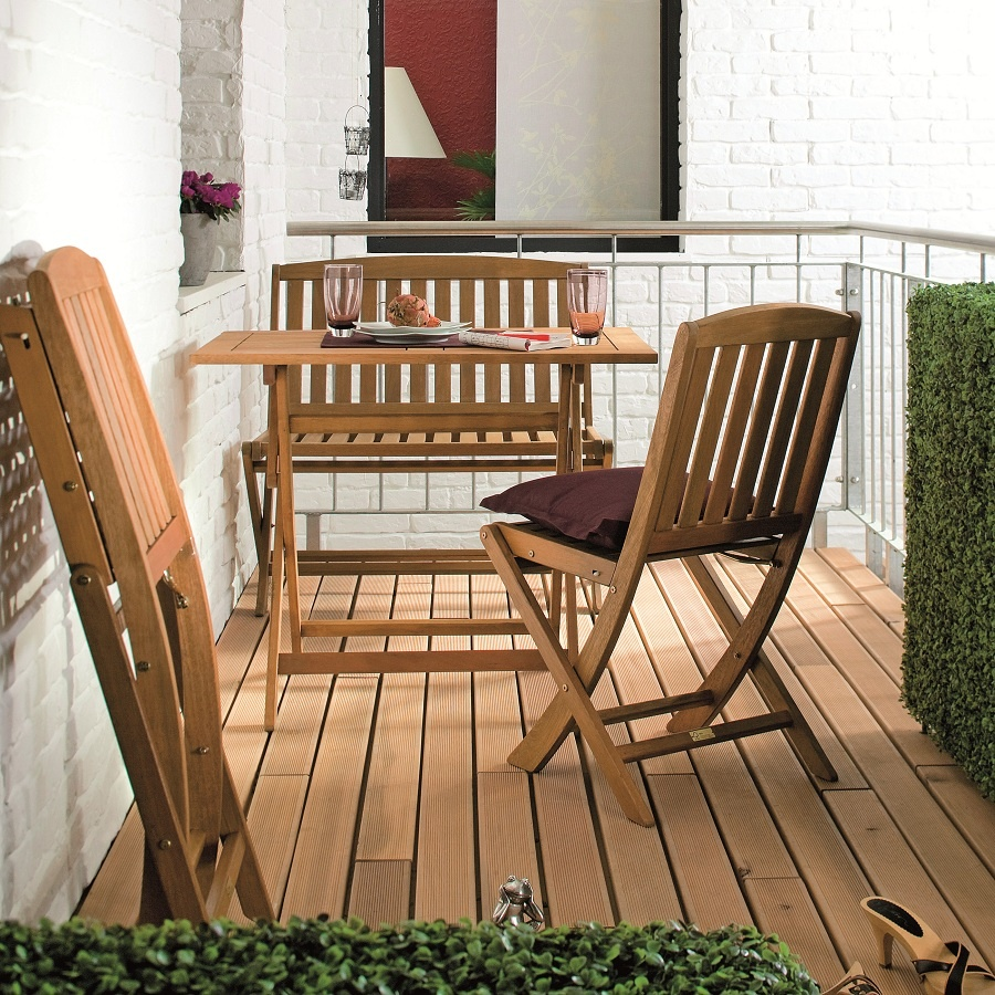 S rešpektom k priestoru ho nechajte dýchať. Neprepchávajte ho zbytočnými vecami a namiesto obrovských a ťažkých nábytkových kusov zvoľte ľahšie a skladateľné. Tieto môžete nielen oprieť, ale aj zavesiť na stenu. Ešte lepším nápadom je skladacia lavica, ktorá ponúka rovnaký komfort sedenia ako dve stoličky, zaberie však menej miesta. (foto: KIKA)