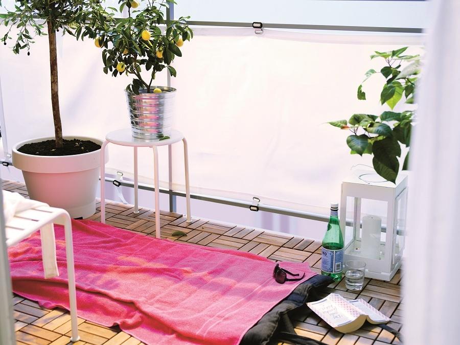 Vonku a predsa v súkromí. Pomocou jednoduchej, ale pevnej plachty natiahnutej cez zábradlie svoj balkón zatienite, ale nie stemníte. Takmer plážovému oddychu nič nebude brániť, ak klasické linoleum či keramickú dlažbu vymeníte za jednoduchú skladačku z agátového dreva. (foto: IKEA)