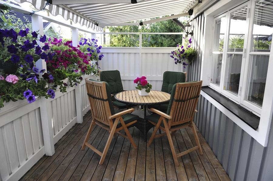 Inšpirujte sa domami a vytvorte si podobné závetrie i na svojom severne orientovanom balkóne. Nemusíte ho hneď zaskliť, aby ste doň nevpustili vietor. Vďaka drevenému zábradliu a kvetom životabudičom vám vznikne ďalšia, ale neustále otvorená miestnosť. Stačí jej dodať nejaký trendový šat a prekvapí vás aj svojou útulnosťou. (foto: thinkstock.com)
