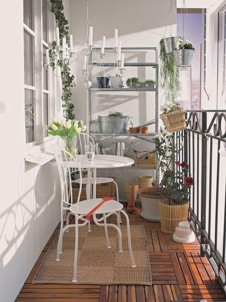 Zasklený, a predsa krásny aj bez skleníkového efektu. Zaskliť balkón vonkoncom neznamená prísť o čerstvý vzduch. Vďaka posuvným oknám si ho prepustíte toľko, koľko potrebujete, energeticky ušetríte a navyše si vytvoríte ďalšiu miestnosť, ktorú možno využívať i počas neprajného počasia. Nezabudnite však na dve veci: Dostatočne vetrajte a skôr, ako sa rozhodnete zaskliť, obráťte sa na pani Legislatívu. Bez stavebného úradu a niekedy aj bez stavebného povolenia sa to jednoducho nezaobíde. (foto: IKEA)