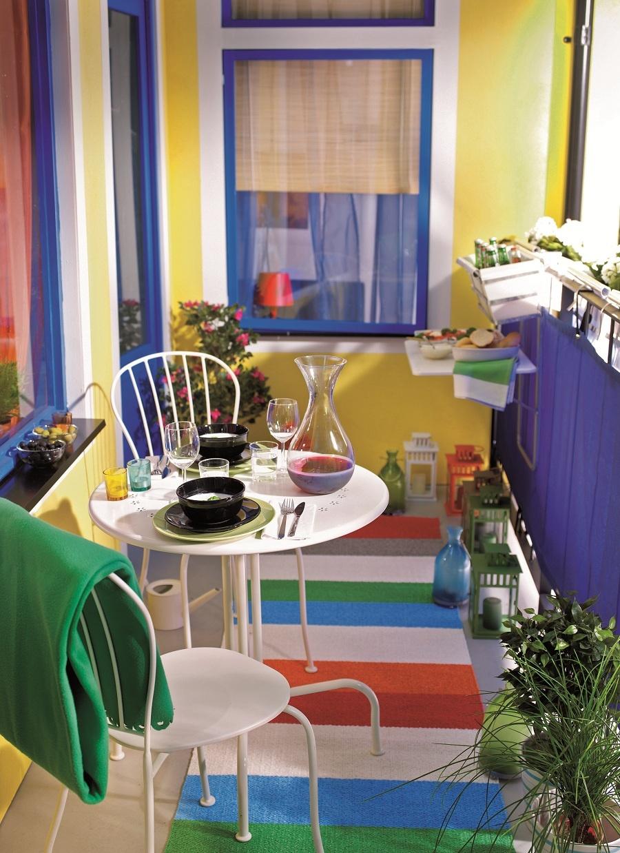 Pestrofarebný balkónový karneval. Ak hľadáte riešenie, ako rýchlo a ľahko osviežiť svoj balkón, farebne i vzorovo sa odviažte. Ide o praobyčajné nápady, ktoré však dodajú aj tomu najpochmúrnejšiemu priestoru neobyčajný šmrnc. K slnečnej nálade nepotrebujete nevyhnutne slnečné lúče. Občas stačí energický aranžmán. (foto: IKEA)