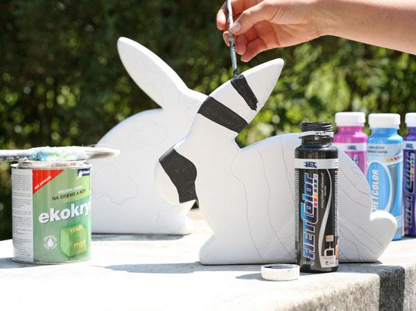 Zajaca napenetrujte bielou farbou zriedenou svodou (1 : 1) apo zaschnutí ho zafarbite neriedenou bielou farbou. Tyč zasuňte do diery a zajaca zapichnite na požadované miesto.