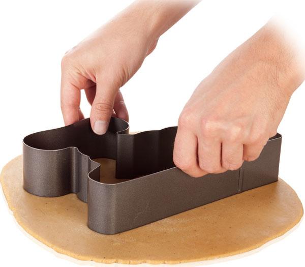 Forma na pečenie avykrajovač Delícia – baránok 623340 na prípravu tradičného veľkonočného barančeka na veľa spôsobov. Možno ho upiecť priamo vo forme alebo vykrojiť zperníkového cesta aupiecť, alebo vykrojiť zuž upečeného múčnika. Vhodné aj na prípravu tvarohového barančeka za studena. Antiadhézny povrch, originálne recepty sú súčasťou balenia. Vhodné do umývačky. Cena 12,70 €. Predáva Tescoma.