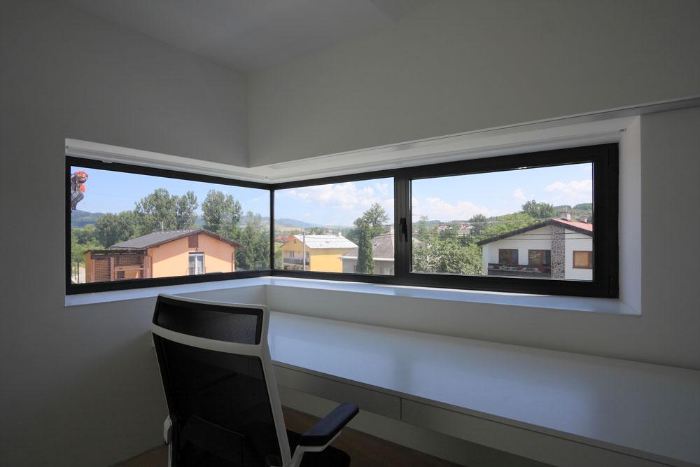 Veľké rohové okno vpracovni, využiteľnej aj ako hosťovská izba, umožňuje panoramatický výhľad na okolie.