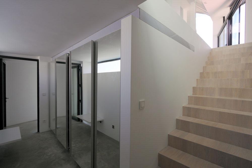 Suterén nadväzuje na priľahlú uličnú komunikáciu. Nachádzajú sa tu všetky miestnosti technického zázemia domu.