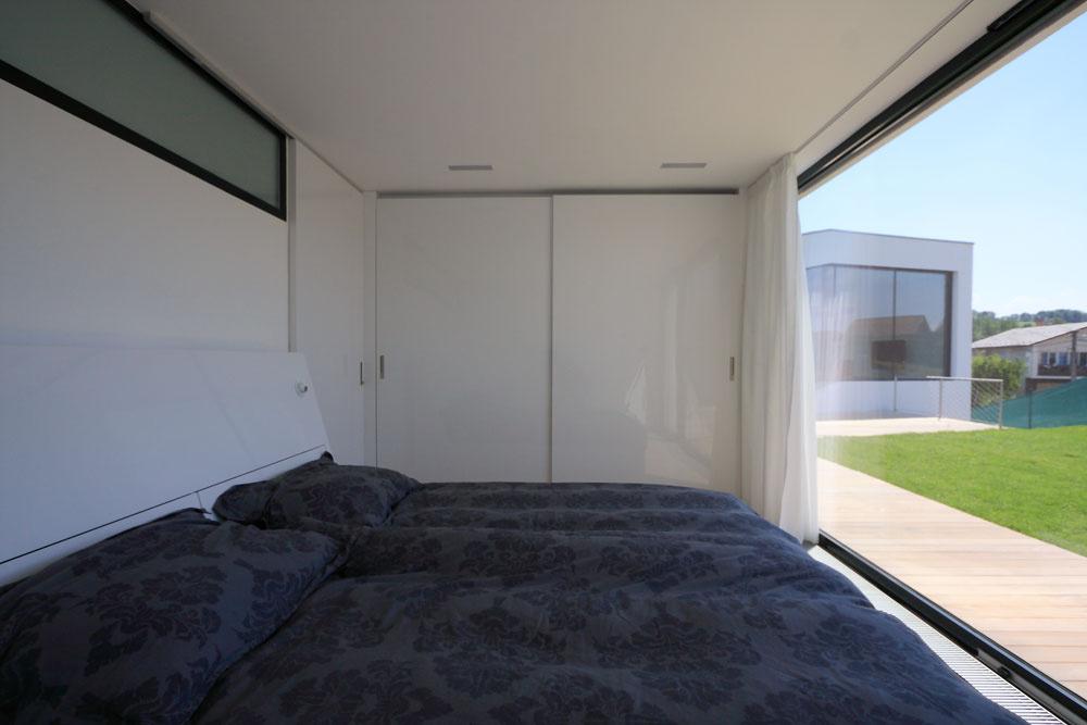 Všetky miestnosti sú orientované do záhrady, veľké zasklenia poskytujú veľkorysé výhľady priamo zpostele.
