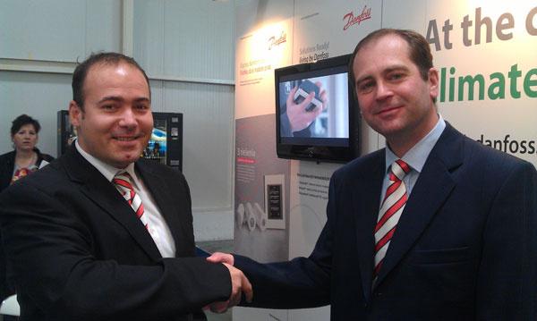Dušan Lašák, area sales manager pre Slovenskú republiku, gratuluje k úspechu Miroslavovi Ďurošovi, špecialistovi na regulačnú techniku Danfoss