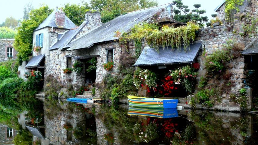 Pýchou je relax a každodenný odpočinok v kamenných odkazoch minulosti a rovno s nohami v rieke.