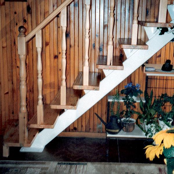 Oceľovo-drevené schodisko so zábradlím