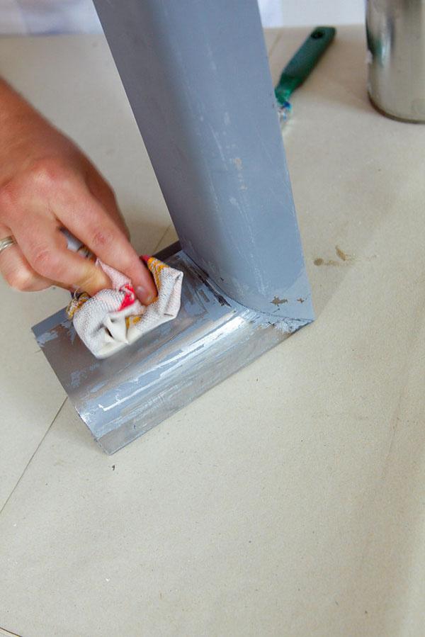 Povrch očistíme od voľných čiastočiek odstránenej farby.