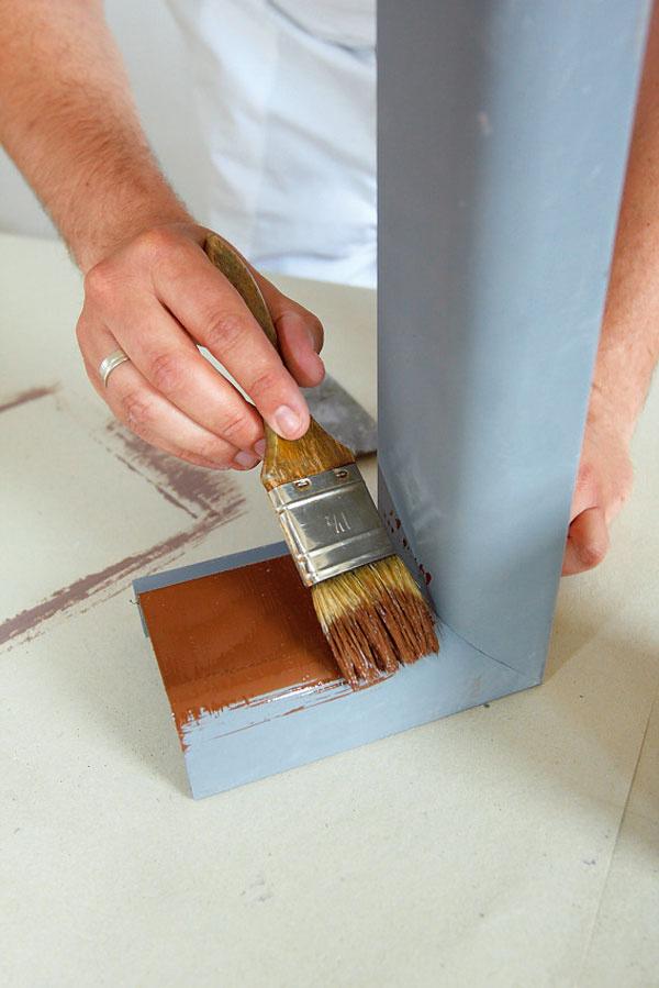 Ak stará farba drží, nemusíme ju odstraňovať. Nový náter nanášame priamo na ňu.