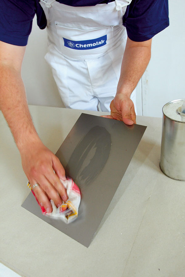 Kovy, ktoré ešte neboli povrchovo upravované, najprv odmastíme vhodným prostriedkom apotom aplikujeme základný náter.