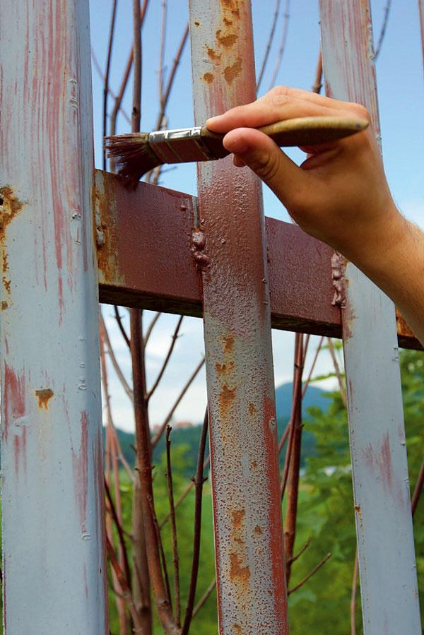 Pozinkované alebo hrdzavé povrchy odmastíme aaplikujeme na ne špeciálnu základnú farbu.