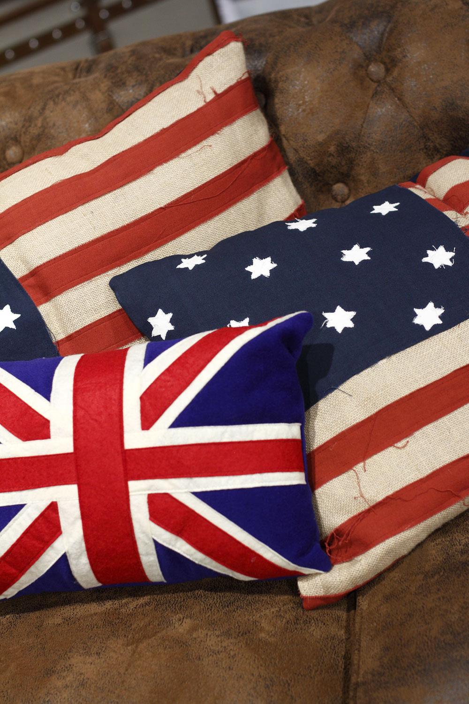 Vankúše Canvas USA, 45 × 70 cm, cena 27,90 €. Vankúšik Union Jack, 28 × 43 cm, cena 18,90 €.