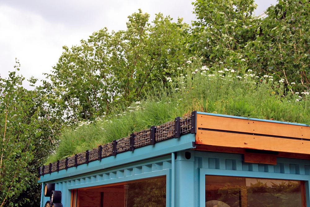 Prívetivý vzhľad záhradného domčeka umocňuje aj zelená strecha.