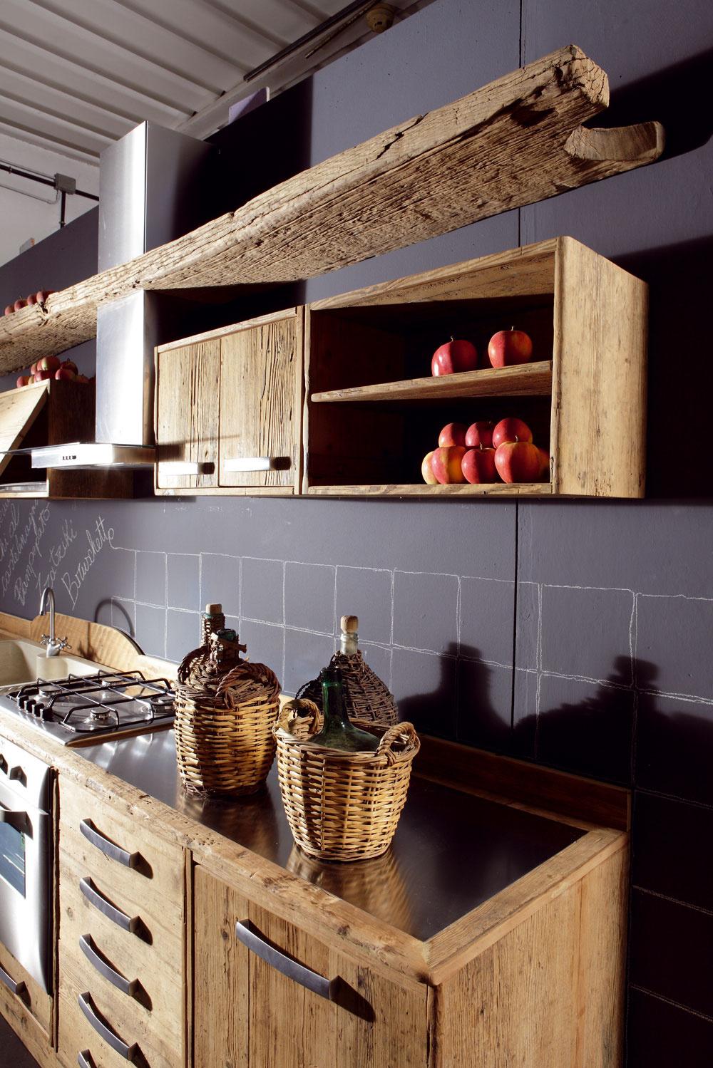 Materiál typický pre vidiecke kuchyne sa vkráda do moderných technicky ladených interiérov. Hľadá sa krása kontrastu uhladenosti čistého industriálne ladeného priestoru amäkkého, teplého vidieka so všetkými prírodou vytvorenými chybami krásy, chápanými ako estetický prvok.
