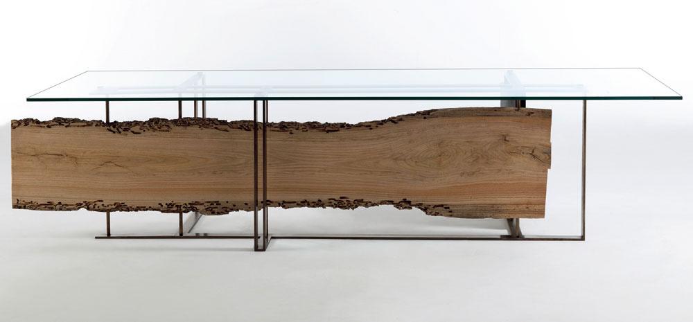 Jedálenský stôl Cornice od firmy R1920 navrhol Luca Scacchetti aje ukážkovým príkladom súzvuku moderných chladných technických materiálov arecyklovaného dreva vjeho mäkkej, teplej podobe. Pôvodné koly, na ktoré sa uväzujú gondoly vBenátkach, tak získali atraktívne využitie aich poškodenie časom aprírodou sa tu stáva estetickým prvkom, ktorý má čo povedať otajomnej histórii Benátok.