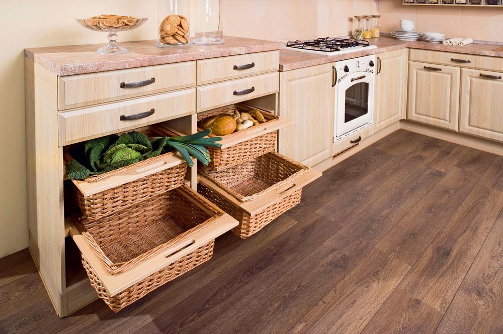 Trend jednoduchých ačistých línií začína ovplyvňovať aj vidiecke kuchyne, ktoré sú vzdušnejšie amenej ozdobené. Ich charakteristický prvok – drevený vzhľad, však ostáva, no tiež sa čoraz viac uplatňuje jemnejší dekor.
