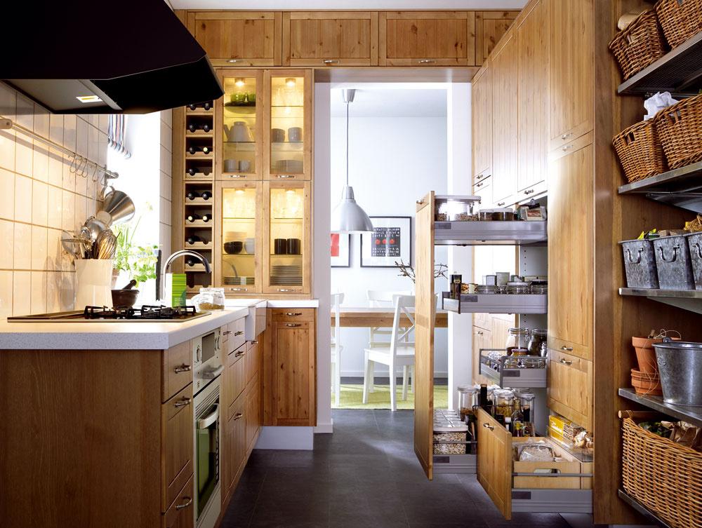 Kedysi neospravediteľné faux pas vinteriérovom dizajne – vidiecka kuchyňa vmestskom prostredí sa mení na novodobý trend. Prvky typickej vidieckej kuchyne, ale vzjednodušenej podobe, dnes nájdete ako najnovšie dizajnové vychytávky vmestských interiéroch, najmä tých voľnomyšlienkárskych, vkombinácii sindustriálnymi prvkami.