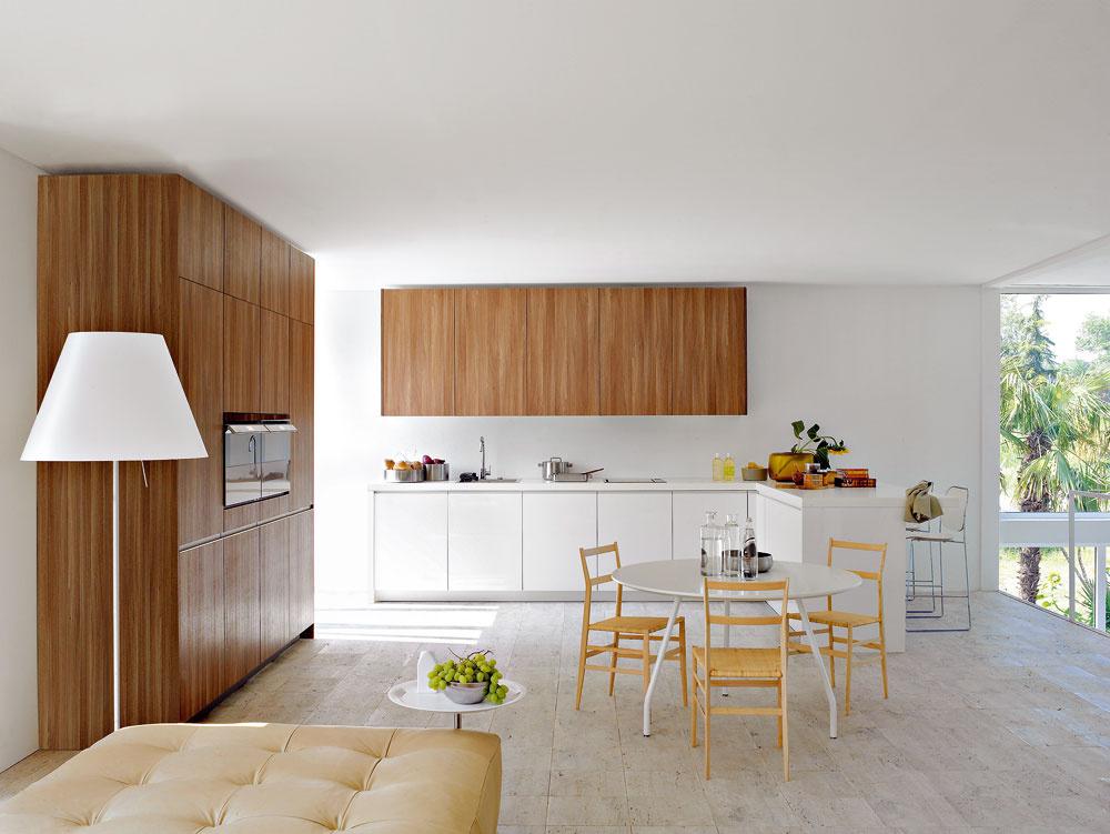 Kombinujte, kombinujte, ale neprekombinujte. Stále platí, že vjednoduchosti je krása, len sa tá jednoduchosť trocha ohrieva prítomnosťou dreva. Takže, ak chcete modernú kuchyňu podľa posledných trendov, nezabudnite klesklým hladkým drevotrieskam sfóliou alebo kompozitným materiálom pridať dezén dreva.