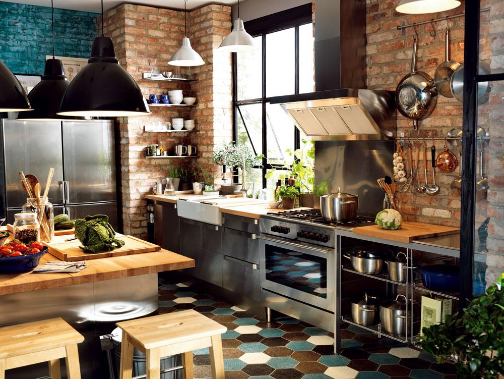 Loft je typickým príkladom, kde sa využíva kombinácia drevených, možno až rustikálnych prvkov vkuchyni schladným kovom, typickým pre priemyselnú výrobu. Je to trend, ktorý sa pomaly presúva aj do iných foriem bývania.