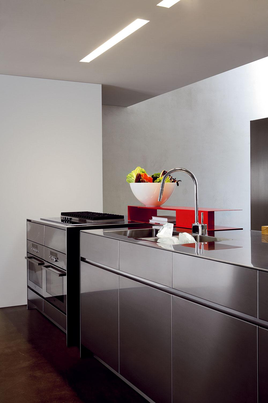 Ušľachtilá oceľ patrí v kuchyniach k materiálom číslo jeden, najmä pri spotrebičoch a drezoch, ale využíva sa už aj na dvierka kuchynských skriniek, či ako pracovná doska. Dizajnéri sa inšpirujú kovovým vzhľadom a prenášajú ho aj na lakované vysokolesklé drevotriesky, tak aby spolu s vybavením kuchyne vytvárali ucelený luxusne-technický vzhľad. Ludovica a Roberto Palombovci tiež preniesli krásu ušľachtilej ocele do konkrétnej podoby kuchýň El pre firmu Elmar: