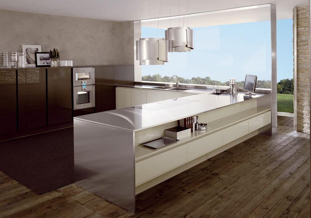 Základom high-tech kuchyne je vizuálna jednoduchosť aelegancia využívajúca technické materiály vnetechnickom prostredí. Alesk, les, lesk.