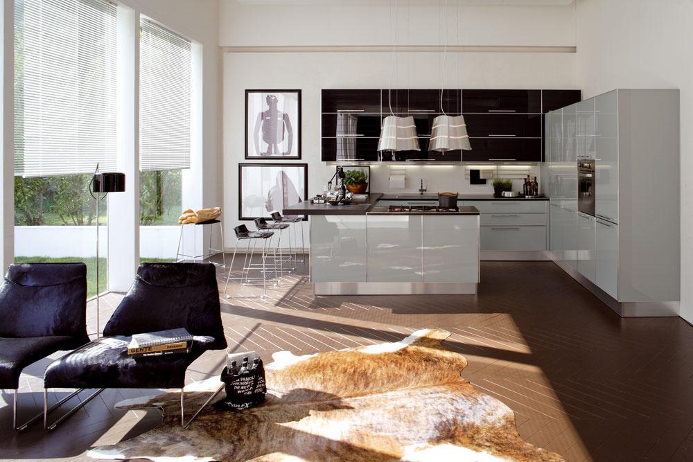 Novým materiálom na dvierkach kuchynských liniek, ktorý si získava popularitu, je farbené sklo svysokým leskom achladným futuristickým dizajnom podporeným kovovým olemovaním. Predáva Galan