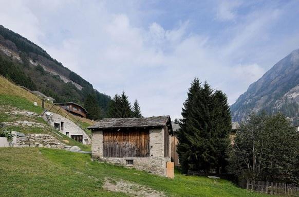 Kamenná cestička vedie priamo k hlavnému vchodu malej chatky.