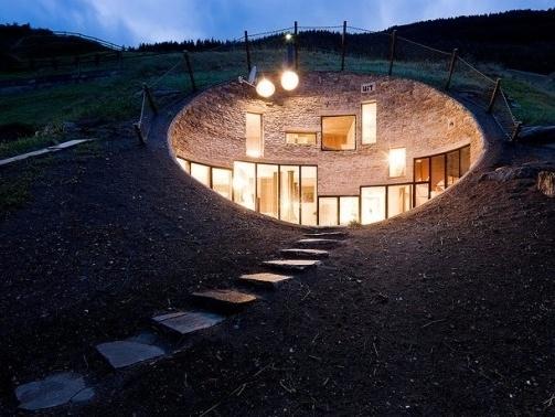 Jedinečný švajčiarsky domček, ktorý splynul so svahom